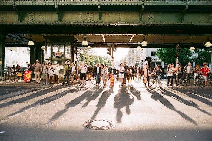 Belebter Fussgänger-Überweg in Berlin