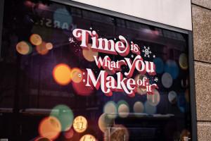 Schaufenster mit Aufschrift: Time is what you make of it
